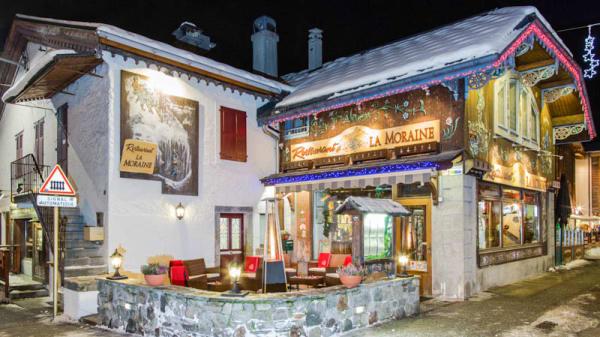 L'entrée du restaurant et sa terasse chauffée - La Moraine, Chamonix-Mont-Blanc