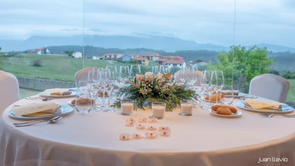 Vista de la sala - Restaurante Tella, Luces - Lastres