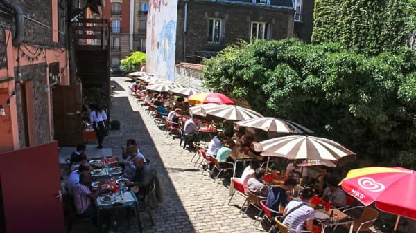 Terrasse dans une cour pavée - Le Relais, Pantin