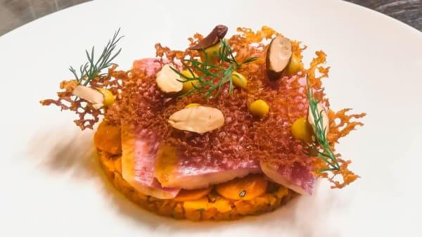 filetto di triglia marinato su base di carote al forno e aneto, carotine marinate, servito con crisp di carota, purè di carota, mandorle tostate e aneto - Cinto - Cucina in Torre, Firenze