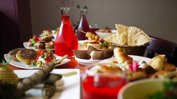 table dressée, sirop de rose - Maison Issa, Paris