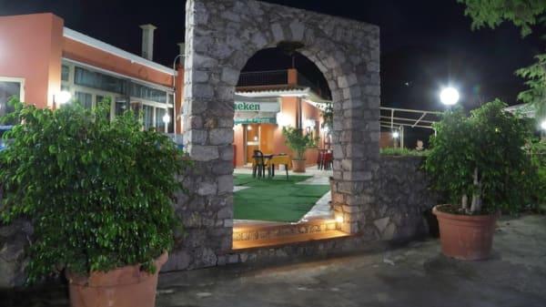 Entrata con arco in pietra - Trattoria Chicchirichì, Castelmola