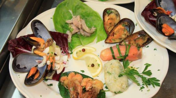 carosello di pesce - Ricomincio da Tre, Formia