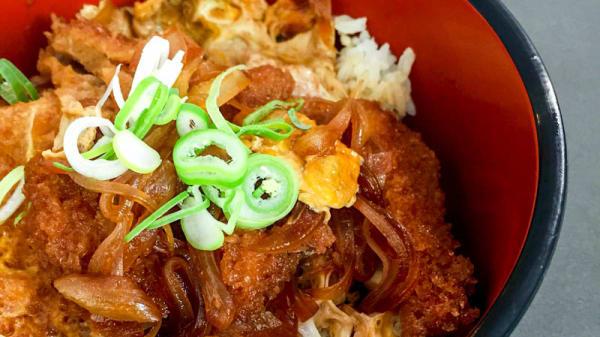 Katsudon: bol de arroz con lomo de cerdo rebozado, huevo y cebolla en salsa de soja. - Aromas de Asia, Barcelona