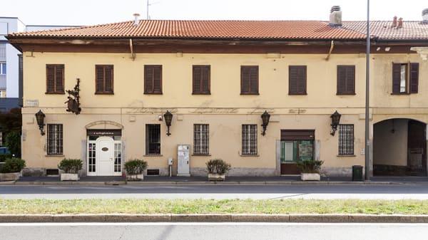 Esterno - Mamma Lina, Milan