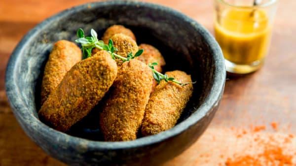 Croquete de carne de panela da Vó Laís. Acompanha pesto de tomates assados e pimenta dedo de moça. - Laskarina Bouboulina, São Paulo