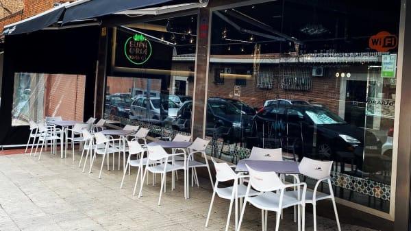 Terraza con aforo de 14 mesas  - Euphoria Food & Drink, Fuenlabrada