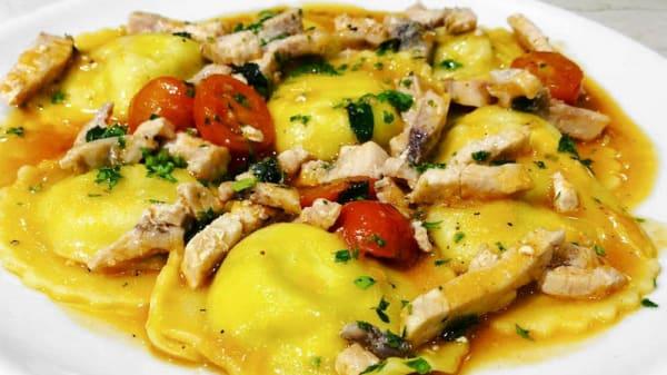 Ravioli rellenos de alcachofas y mascarpone con pez espada y cherry - Sabor Siciliano, Sant Antoni De Portmany