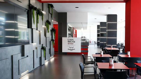 Vista del bar e gastronomia - Casa Milan Bistrot / Fourghetti, Milano