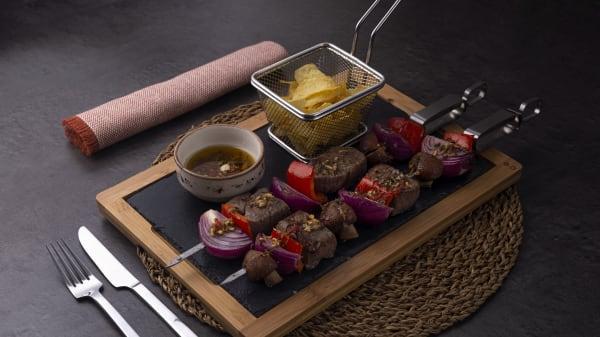 Brochetas de suave solomillo con verduras a la parrilla y salsa chimichurri. - Restaurante La Lumbre, Rivas-Vaciamadrid