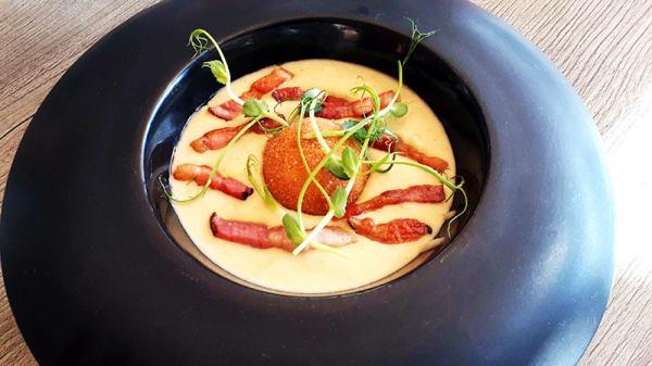 Velouté de pommes de terre, croquette de reblochon et lard paysan - Restaurant les Cloyères, Bernin