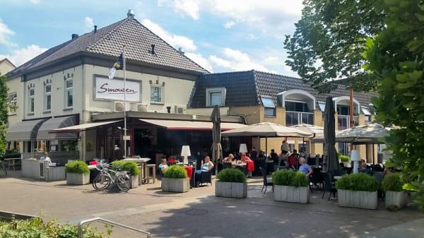 Groot terras en grote parkeerplaats - Smouzen, 's-Heerenberg