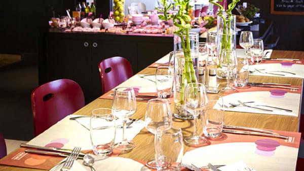 Détail de la table - Campanile Taverny, Taverny