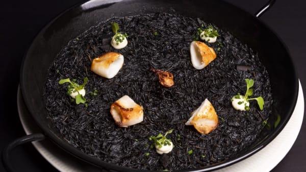 Fideuá negra con calamares y alioli (opción sin gluten) - Sincio. Cocina de mercado, Madrid