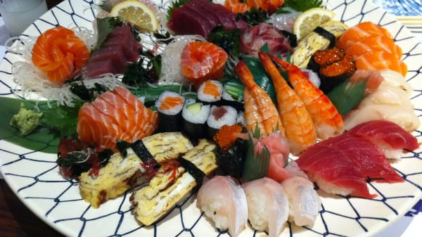 Belle assiette de sushi sashimi maki - Matsuda, Paris