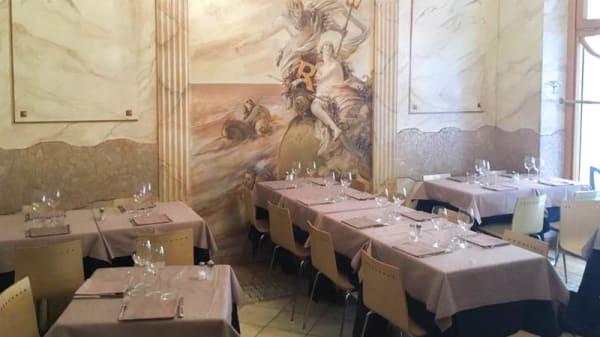 Veduta dell interno - Mappamondo Royal, Milan