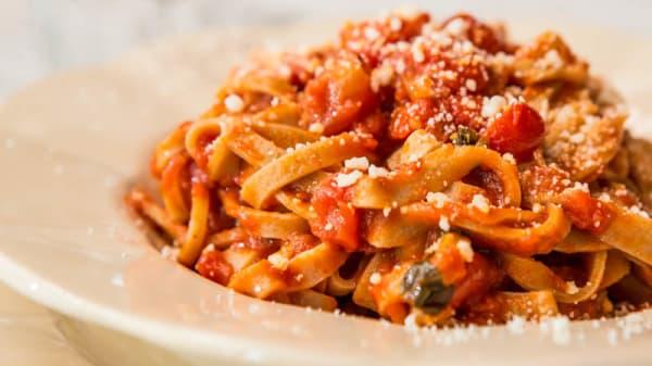 Fettuccine stese a mattarello con pomodoro appena scottatto e basilico - Borgodoro, Magliano Sabina