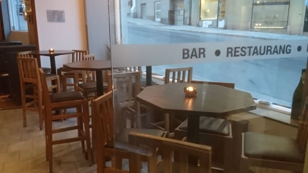 höga bord med utsikt till Bantorget - Waza Restaurang & Bryggeri, Stockholm