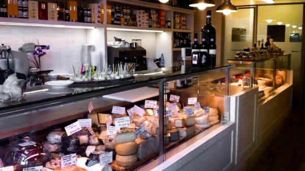 Il bancone con i formaggi - Formaggeria Biancolatte, Arezzo
