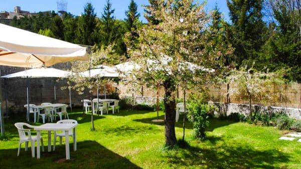 Giardino con tavoli ed ombrelloni - La Locanda sul Lago, Santo Stefano di Sessanio