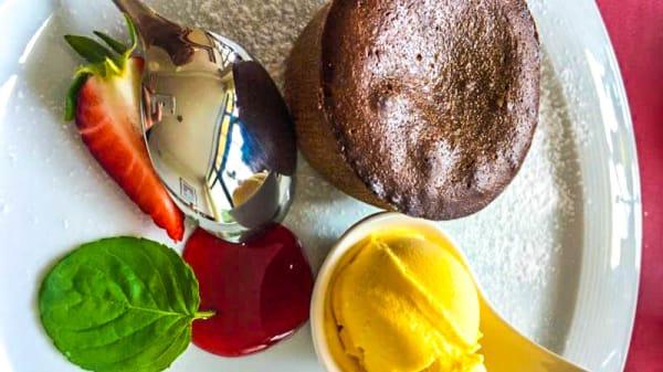Tortino al cioccolato con cuore morbido e gelato alla vaniglia - Ristorante Pizzeria Primo, Riva Del Garda
