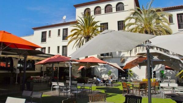 Terraza - Blanc & Negre ( Hotel El Castell ), Sant Boi De Llobregat