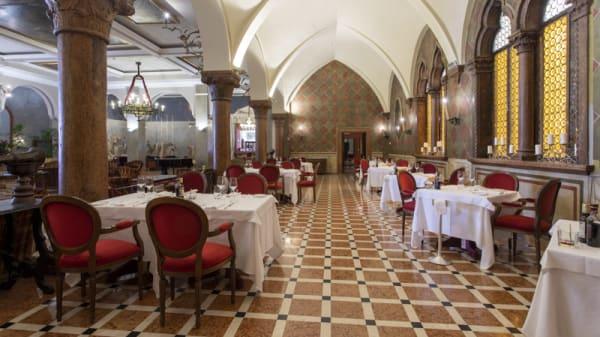 Interno - Due Torri, Verona