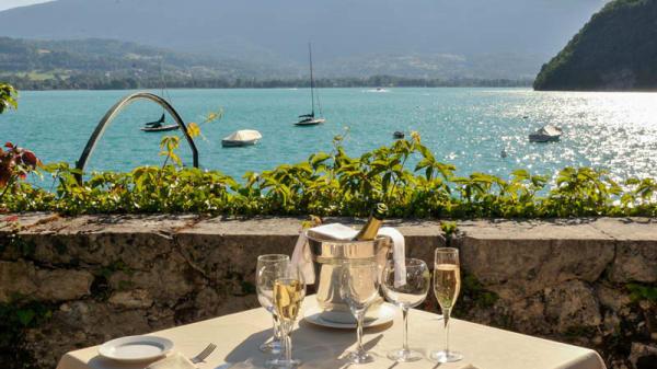 Table avec vue sur le lac - Restaurant gastronomique de l'Abbaye de Talloires, Talloires