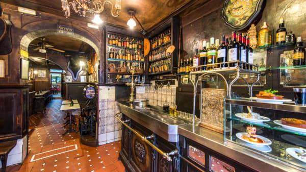 Bar con gran surtido de bebidas - Taberna Antonio Sánchez, Madrid