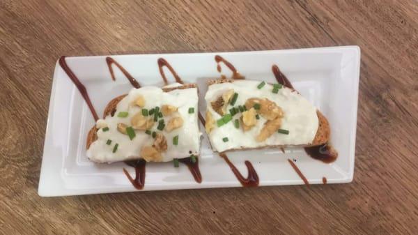 Tosta del Capo. Queso Gorgonzola y nueces triturados. - Spanglish Bistro - Mercado de Vallehermoso, Madrid