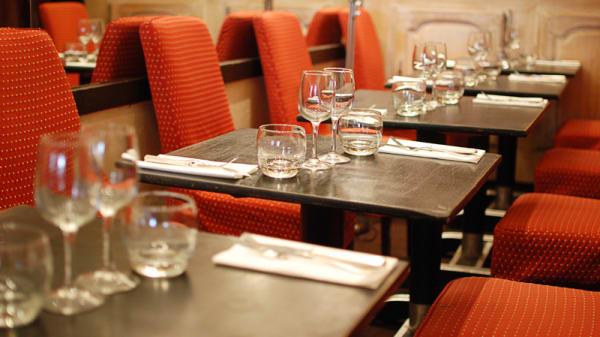Tables dressées - Aux 2 Oliviers, Paris