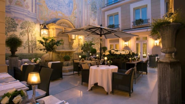 Patio florentin by night - Assaggio - Hôtel Castille, Paris