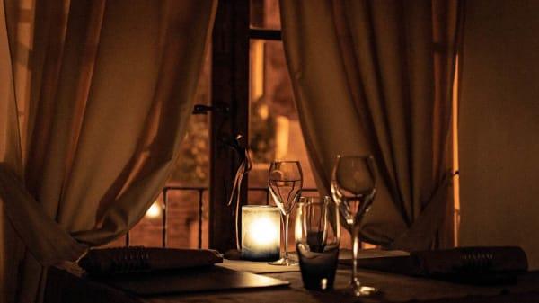 particolare tavolo - Le Logge del Vignola, Montepulciano