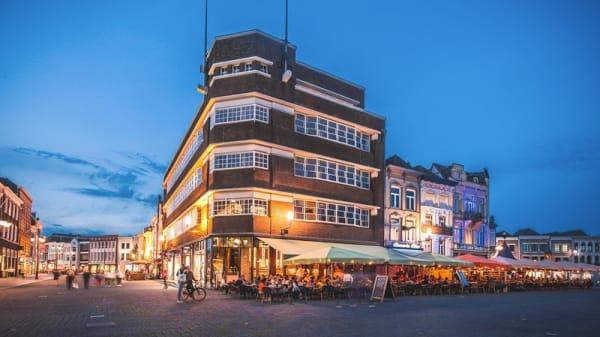 Karakteristiek pand midden op de Bossche Markt - Het Warenhuis, s-Hertogenbosch
