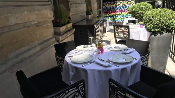 Tables en terrasse extérieure - Le Pergolèse - Stéphane Gaborieau, Paris