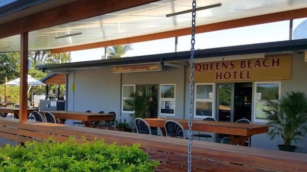 Outdoor Dining - Queens Beach Motor Hotel, Bowen