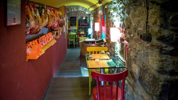 La sala dei prosciutti appesi - La Bottega degli Antichi Sapori, Aosta