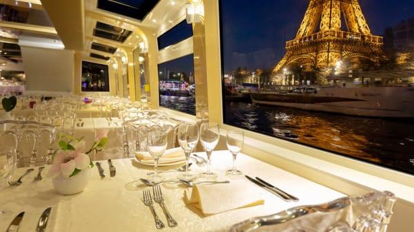 Table dressée - Peniche Tosca, Paris