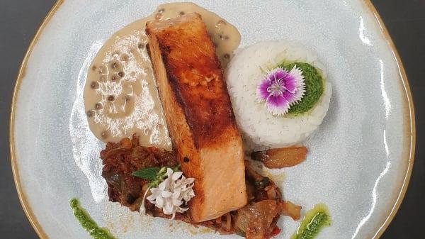 Pavé de saumon grillé et sa crème de baises roses - Chez Les Amis, Ollioules