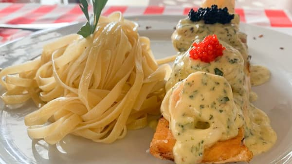 SALMON MARINERO: Jugoso salmón al horno con salteado de calamares, camarones al ajillo en salsa blanca y caviar acompañado de pasta o ensalada. - D'Store by Mass Antiguo 4D Store, Bogotá