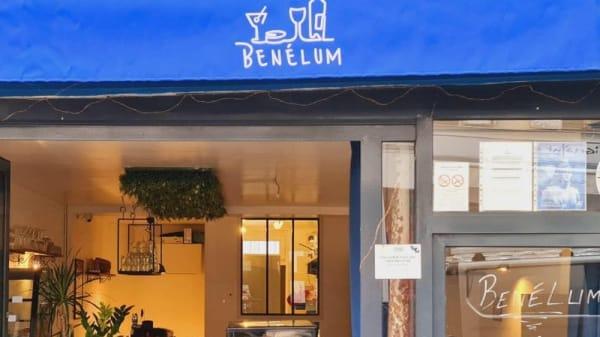 Benelum, Paris