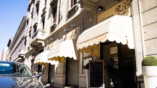 Entrata - Controvento, Milan