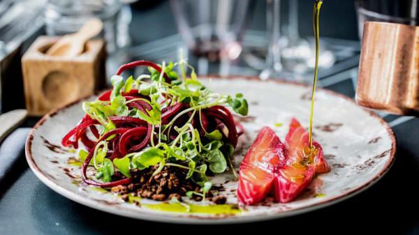 Rødbederimmet laks, trancheret ved bordet, med crudité af rødbede samt rødbede- & balsamicoreduktion & peberrodscreme - Restaurant Mellemrum, Aarhus