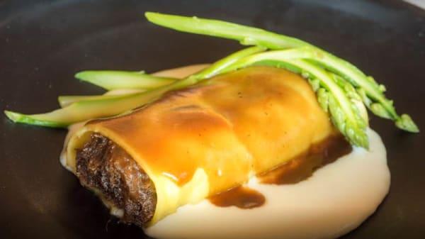 Canelón de rabo de toro con bechamel de queso manchego y su jugo trufado - Coto de Quevedo, Torre De Juan Abad