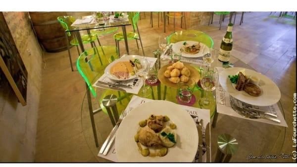 Une table dressée et servie - La Cuisine au Vin, Chablis