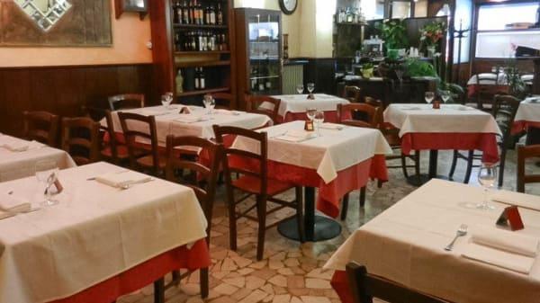 Tavoli ben disposti in sala - Antica Trattoria Morgagni, Bologna