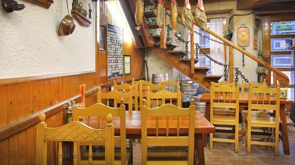 mesas y escalera de madera - Rincón de Galicia, Barcelona