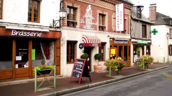 Façade - Auberge Le Cheval Blanc, Saint-Gatien-des-Bois