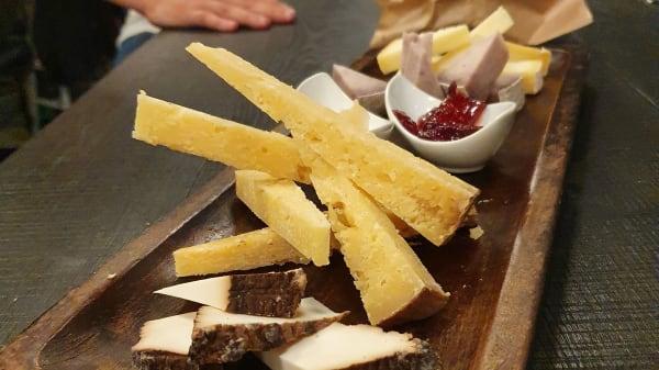 Tagliere di formaggi di malga con marmellata di vino e miele aromatizzato - Altrove, Verona