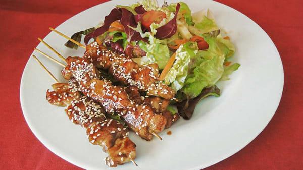 Salade avec brochettes de poulet - Le Phénix, Bussigny